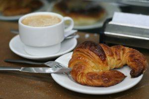 Cafe_con_leche_y_cruasán